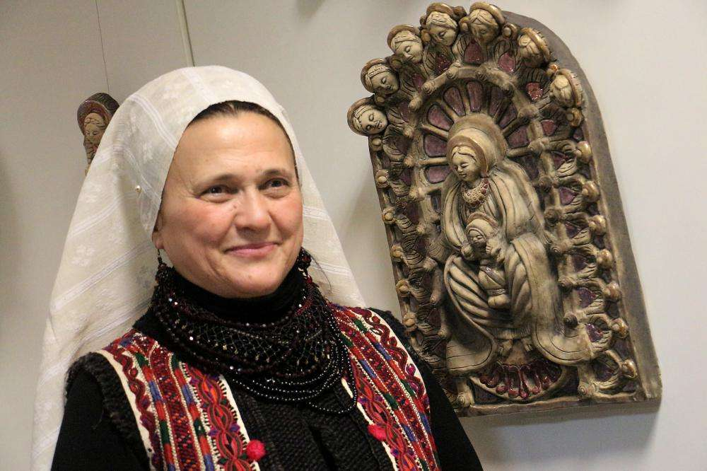 KITEKINTETT SZŰZ MÁRIA NAPKELETRE - Petrás Mária keramikus kiállítása
