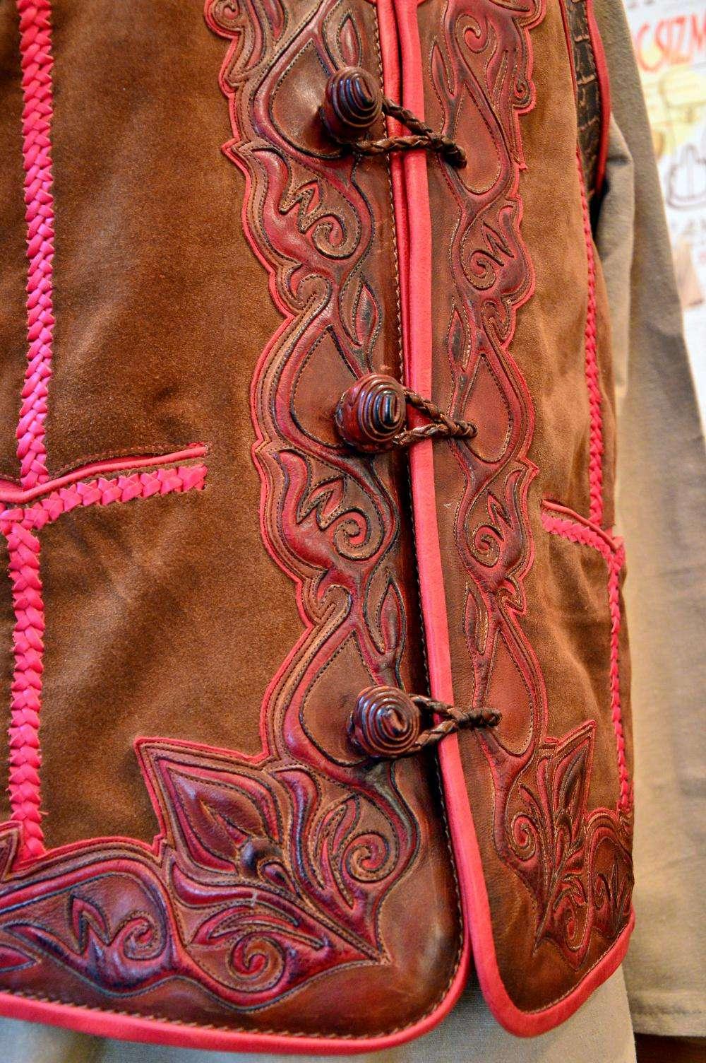 VÁRADI LÁSZLÓ ÉS VÁRADINÉ NAGY KATALIN bőrműves iparművészek Honfoglalás kori öltözetekből, kiegészí