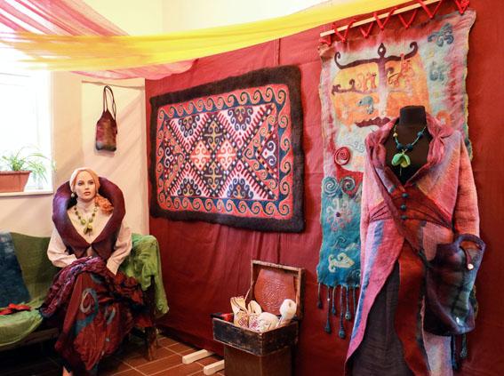 DEMETER ANITA népi bőrműves és SZAKADY KINCSŐ nemezkészítő kiállítása