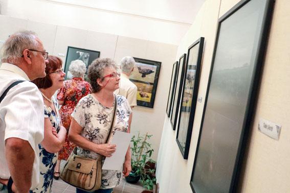 A PÁSZTOROK FÖLDJÉN ÉS A SZELFIZZ A HORTOBÁGYON c. fotópályázat kiállítása