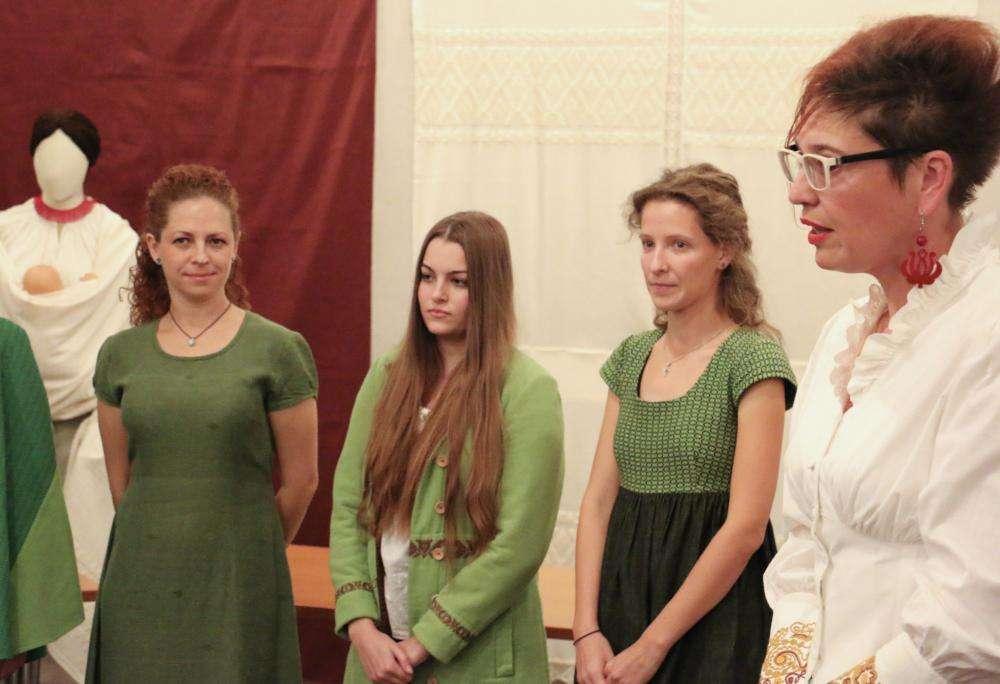 Petrovics Nikolett népi vászonszövő kiállítása
