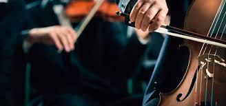 CSAPÓKERTI ZENÉS NYÁRI EST: Illusztratív közeli felvétel egy csellón játszó művész kezéről