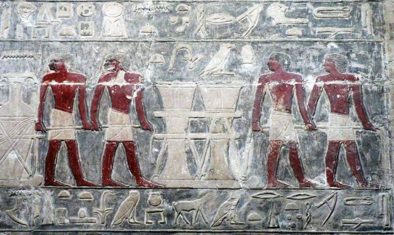 TÚLVILÁGI UTAZÁS SEGÍTŐI: Archív fotó egy férfiakat ábrázoló egyiptomi képzőművészeti alkotásról
