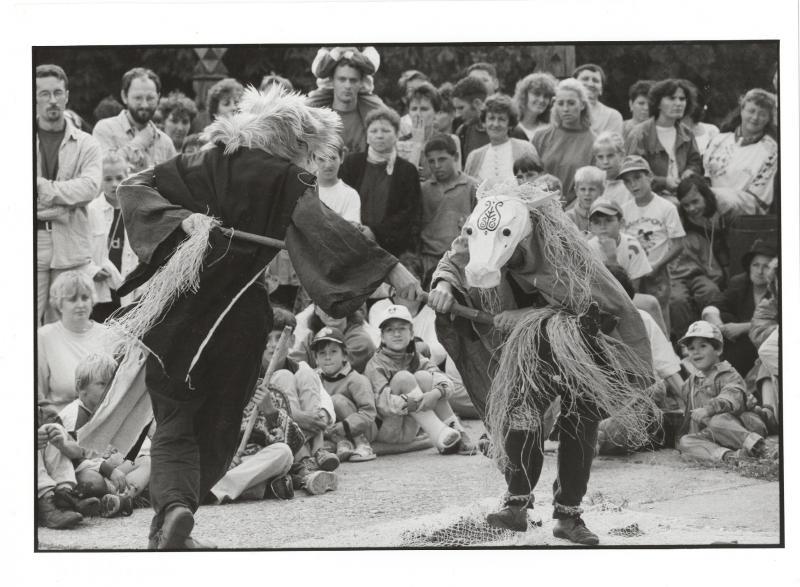 30 ÉVES AZ ORT-IKI BÁB-ÉS UTCASZÍNHÁZ – JUBILEUMI FOTÓKIÁLLÍTÁS: Fekete-fehér szabadtéri felvétel az ORT-IKI tagjairól előadás közben