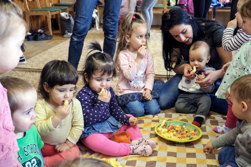 HANGBÚJÓCSKA ZENEBÖLCSI : Édesanyáikkal játszó gyermekek egy korábbi zenebölcsi alkalmával