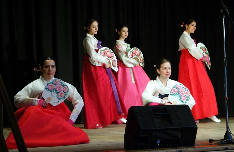 III. MINI CON: Távol-keleti öltözékben fellépő fiatal nők előadásuk közben a színpadon
