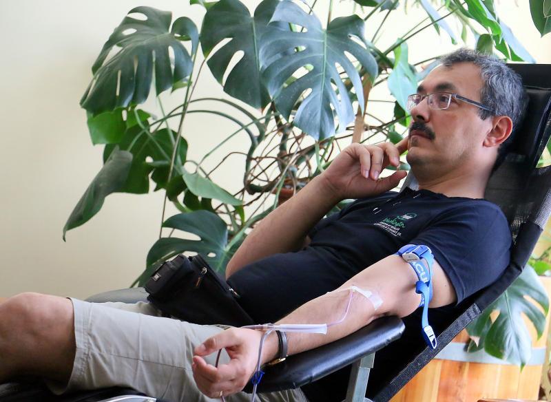 VÉRADÁS: Dr. Kustár Zoltán, a Református Hittudományi Egyetem rektora vért ad a Magyar Vöröskereszt együttműködésével szervezett véradáson
