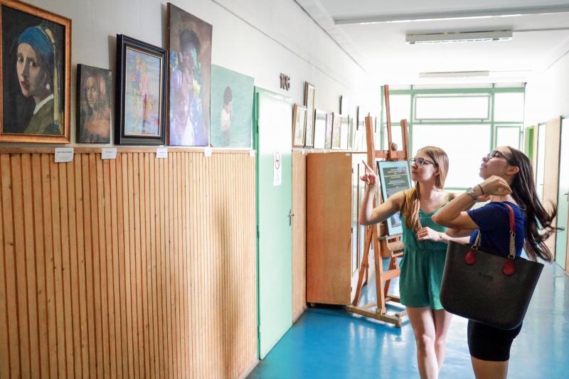 KIÁLLÍTÁS A FESTŐTANODA KÉPZŐMŰVÉSZETI SZAKKÖR ÉS  MEDGYESSY FERENC KÉPZŐMŰVÉSZETI KÖR ÉS SZABADISKOLA MUNKÁIBÓL: A festőtanoda növendékeinek kiállított festményeit csodálják az érdeklődők az Újkerti Közösségi Házban