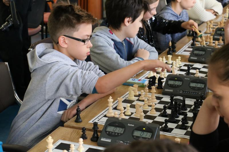 GÉNIUSZ KUPA gyermek sakkverseny: Talán a játszma legfontosabb lépését teszi meg egy gyermek a Géniusz Kupán