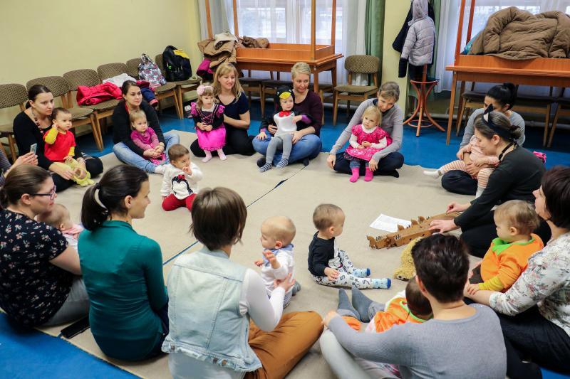 GALAGONYA ZENEBÖLCSI: Édesanyáikkal játszó gyermekek egy korábbi zenebölcsi alkalmával