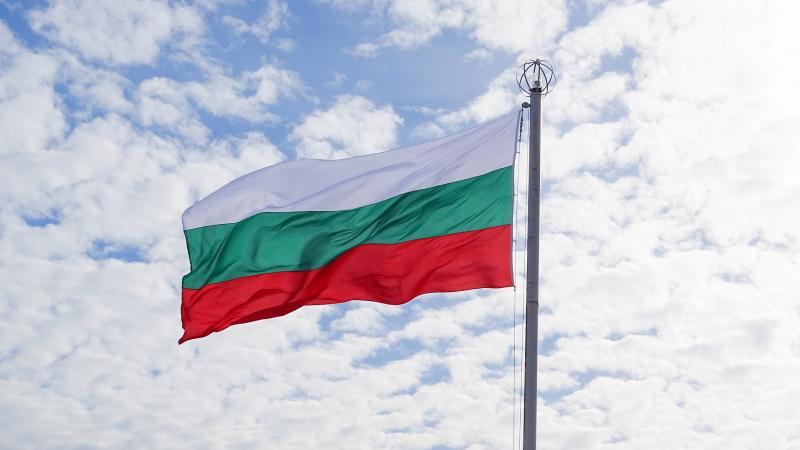 A BOLGÁR FILMMŰVÉSZET REMEKE : Bulgária szélben lobogó nemzeti trikolórjáról készült fotó