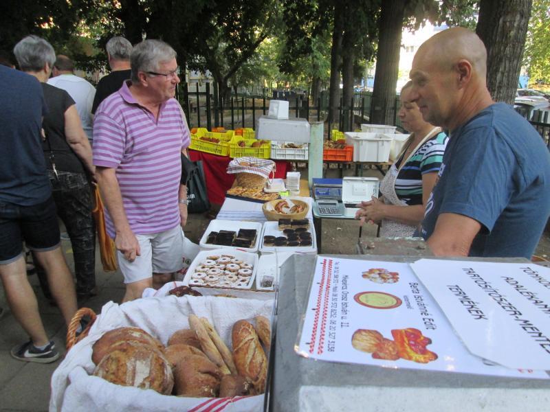SZATYOR: Pékáruk, sütemények, gyümölcsök és más finomságok tárulnak az érdeklődők elé az Újkerti Közösségi Ház kistermelői piacán
