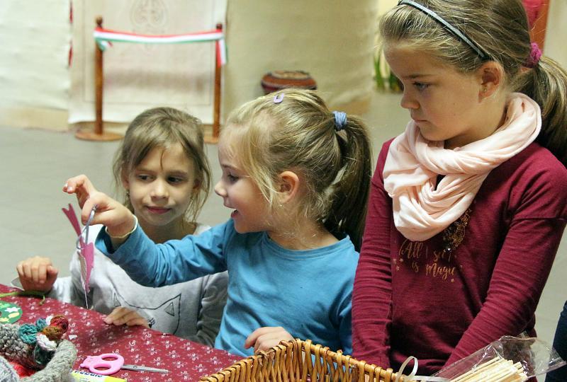 KEZDŐDIK AZ ISKOLA : Egy kislány kézműves alkotását mutatja a társainak
