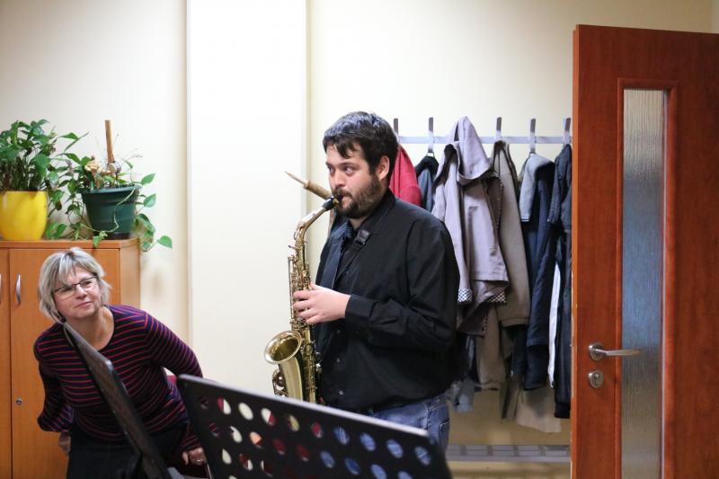 LEGYEN A ZENE MINDENKIÉ….: Szaxofonon játszó fiatalember a program egy korábbi alkalmával
