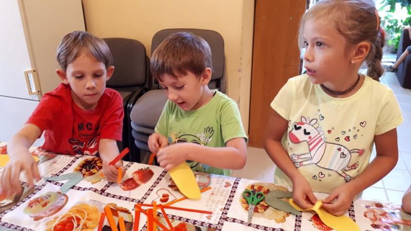 ITT VAN AZ ŐSZ: Őszköszöntő kézműves foglalkozáson vesznek részt a gyermekek a Kismacsi Közösségi Házban