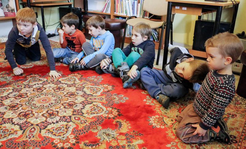 MESE MATINÉ-A MAGYAR NÉPMESE NAPJA ALKALMÁBÓL: Feszült figyelemmel hallgatják a mesemondást a gyermekek a Kismacsi Közösségi Házban