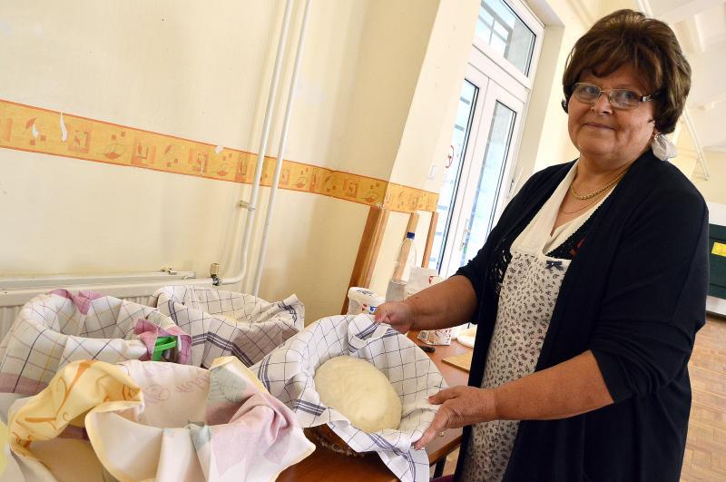 NAGYANYÁINK PRAKTIKÁI SOROZAT : A kenyérsütés egy mozzanatát mutatja be a Nyugdíjasklub egyik tagja