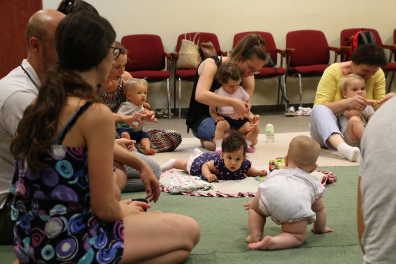 HANGBÚJÓCSKA ZENEBÖLCSI: Édesanyáikkal játszó gyermekek a zenebölcsi alkalmával