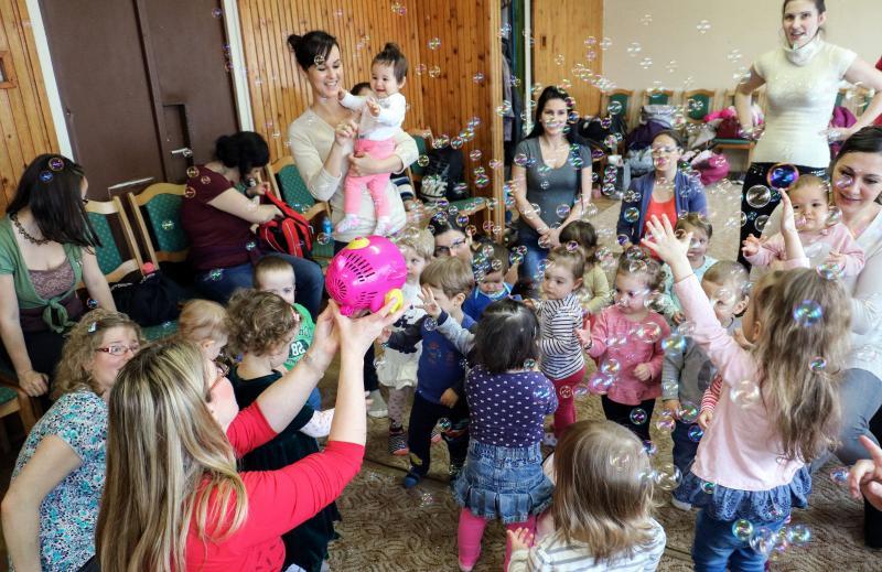 HANGBÚJÓCSKA ZENEBÖLCSI: Buborékok lepik el a zenebölcsi kicsijeit és nagyjait a Csapókerti Közösségi Házban