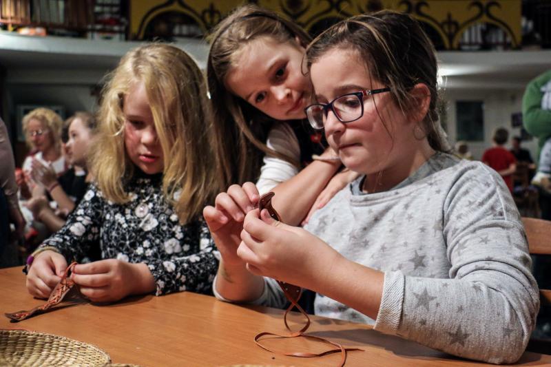 ÉVADNYITÓ SZÜRETI MOTOLLA: Együtt kézműveskednek a gyermekek a Motolla Egyesület programján