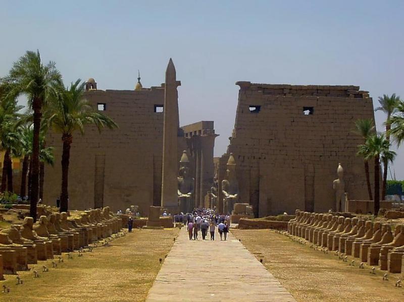 EGY ÓEGYIPTOMI SÍR A BEJÁRATTÓL A KIJÁRATIG: Egy egyiptomi építmény bejárata