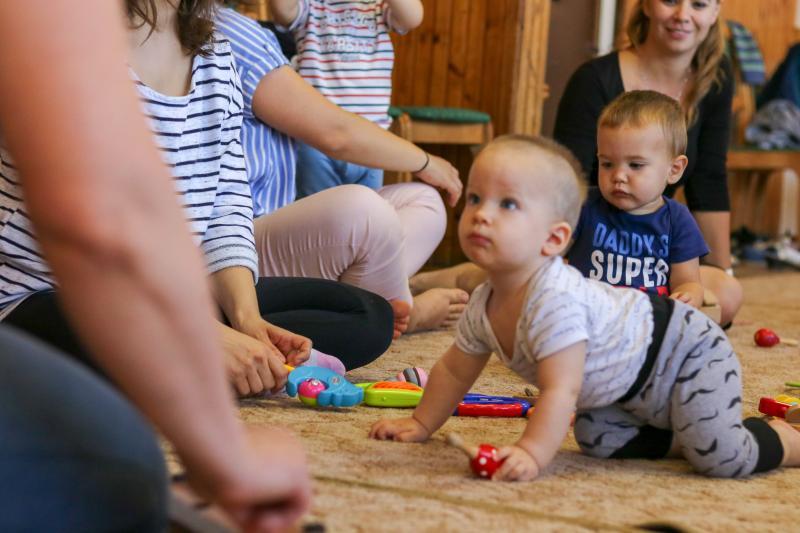 HANGBÚJÓCSKA ZENEBÖLCSI: Játszó kisgyermek a zenebölcsi alkalmával