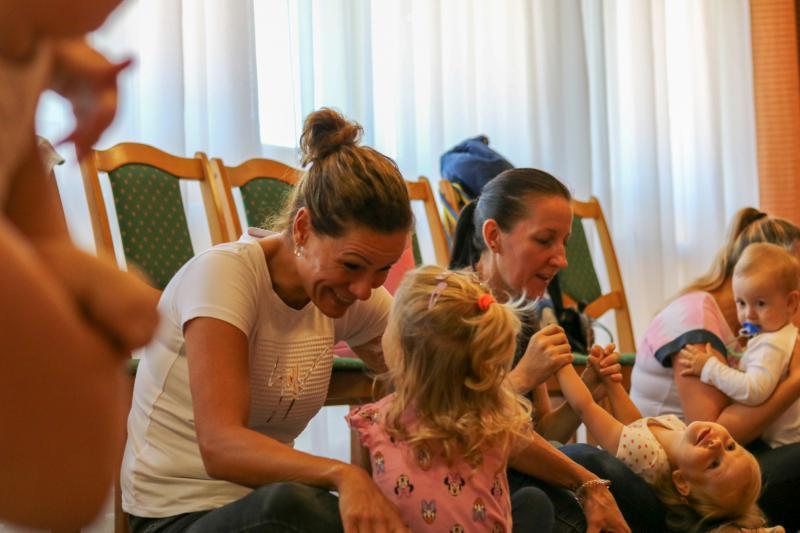HANGBÚJÓCSKA ZENEBÖLCSI: Édesanyáikkal játszó gyermekek egy korábbi zenebölcsi alkalmával