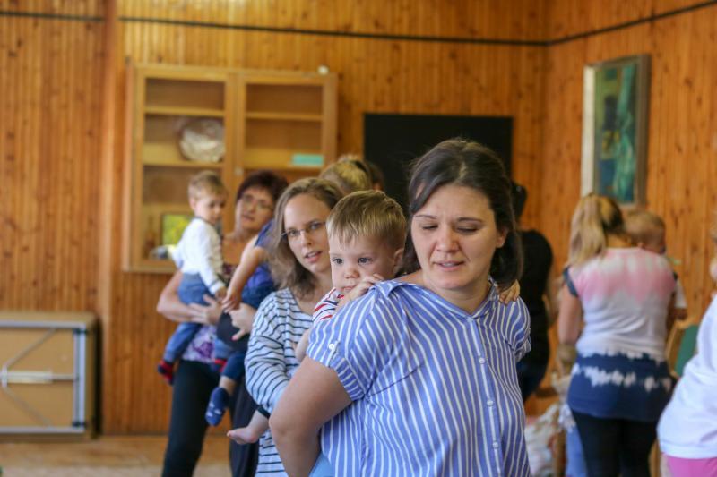 HANGBÚJÓCSKA ZENEBÖLCSI: Gyermekeikkel vonatozó édesanyák a zenebölcsin mondókázás közben