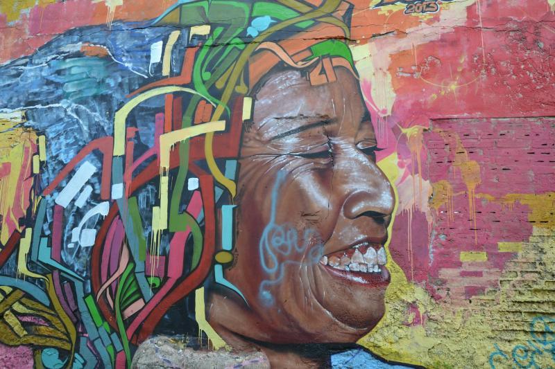 KOLUMBIAI ÚTINAPLÓ: Kolumbiai falfestés, amely egy női alak arcát ábrázolja