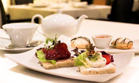 TEADÉLUTÁN A NYUGDÍJASOK KÖSZÖNTÉSÉRE: Tea és harapnivaló a terítéken