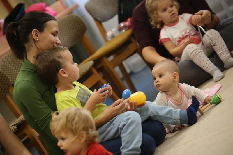 GALAGONYA ZENEBÖLCSI: Egymással játszó gyermekek a zenebölcsin