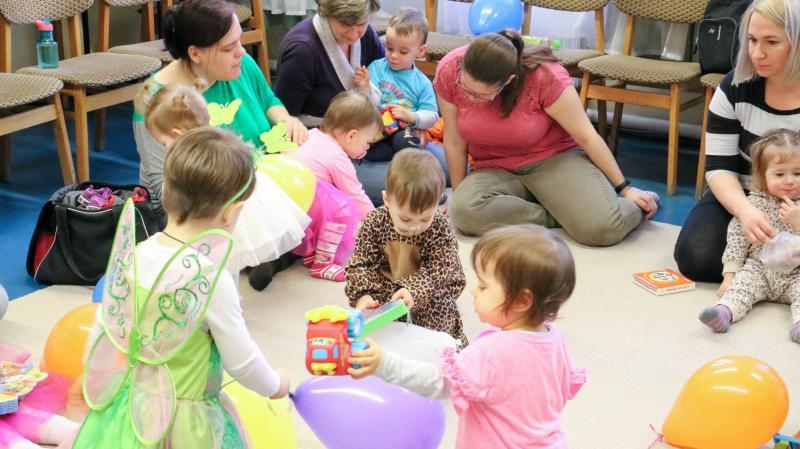 GALAGONYA ZENEBÖLCSI: Játékaikkal játszó gyermekek a zenebölcsi ideje alatt