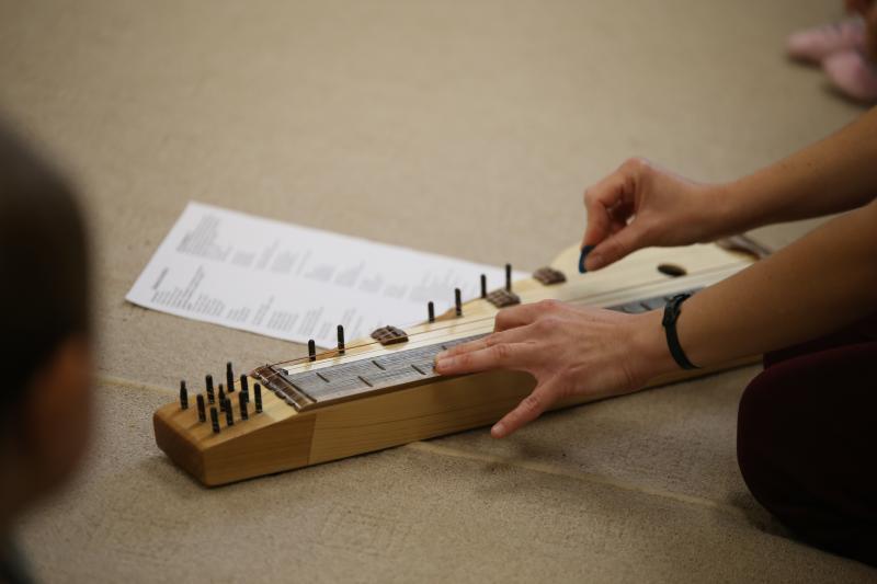 GALAGONYA ZENEBÖLCSI: Hangszerén játszik a foglalkozás vezetője