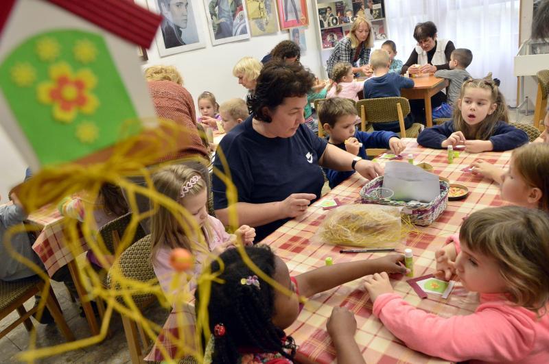 """""""ŐSZI ÉJJEL IZZIK A GALAGONYA…"""": Kézműveskednek a gyermekek a foglalkozás közben"""