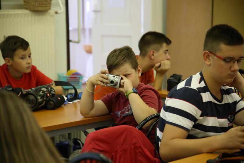 JUNIOR FOTÓKLUB: Fényképet exponáló fiatal társai mellett a fotóklubon