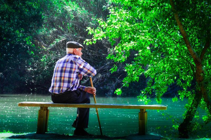 MI A LEGCSODÁLATOSABB ABBAN, HOGY NYUGDÍJAS LETTEM?: Illusztratív fotó egy tóparton ülő nyugdíjas férfiról