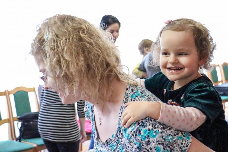 HANGBÚJÓCSKA ZENEBÖLCSI: Közeli kép a gyermékevel játszó anyával
