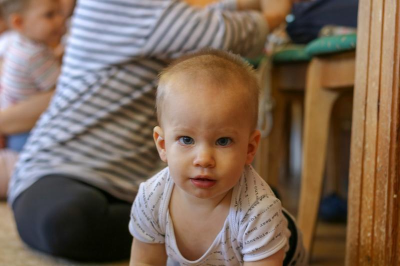 HANGBÚJÓCSKA ZENEBÖLCSI: Közeli fotó az egyik gyermekről