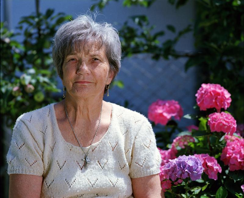 NYUGDÍJAS KLUB: Közeli kép egy szépkorú hölgyről