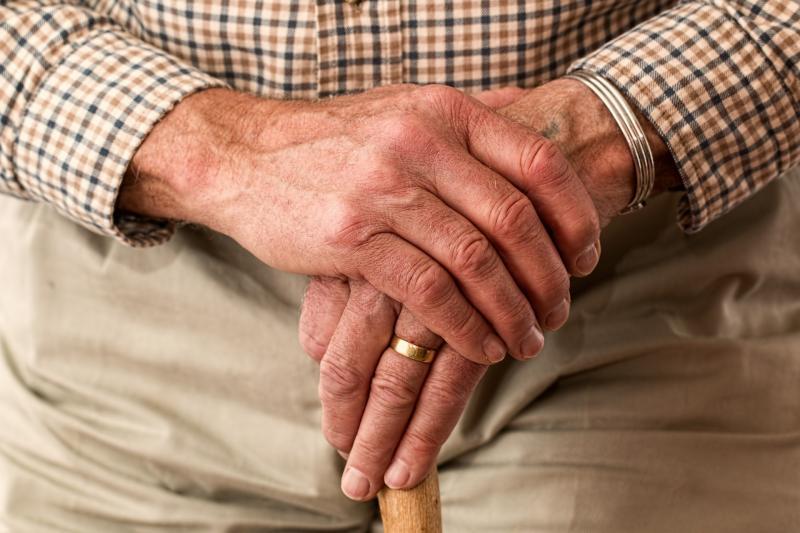 NYUGDÍJAS KLUB: Illusztratív fotó egy idős ember kezeiről