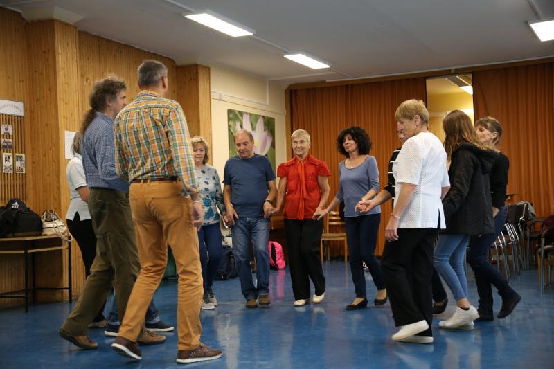 GÖRÖG TÁNCHÁZ: Táncolnak a résztvevők a görög táncházon