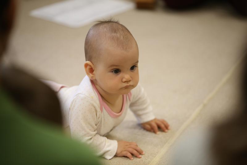 GALAGONYA ZENEBÖLCSI: Közeli fotó egy kisgyermekről a zenebölcsi közben