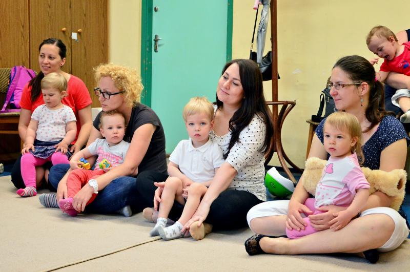 GALAGONYA ZENEBÖLCSI: Pillanatkép a zenebölcsi alkalmával édesanyáikkal játszó gyermekekről