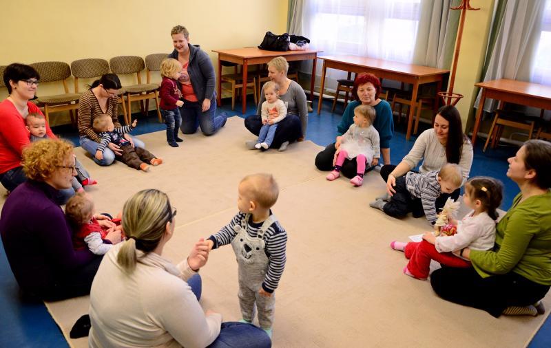 GALAGONYA ZENEBÖLCSI: Gyermekeikkel játszó édesanyák a zenebölcsi közben