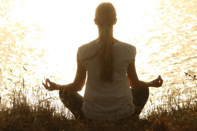 AZ ÚJKERTI EGÉSZSÉGHÉTHEZ KAPCSOLÓDÓ PROGRAM: Illusztratív fotó egy meditáló nőről