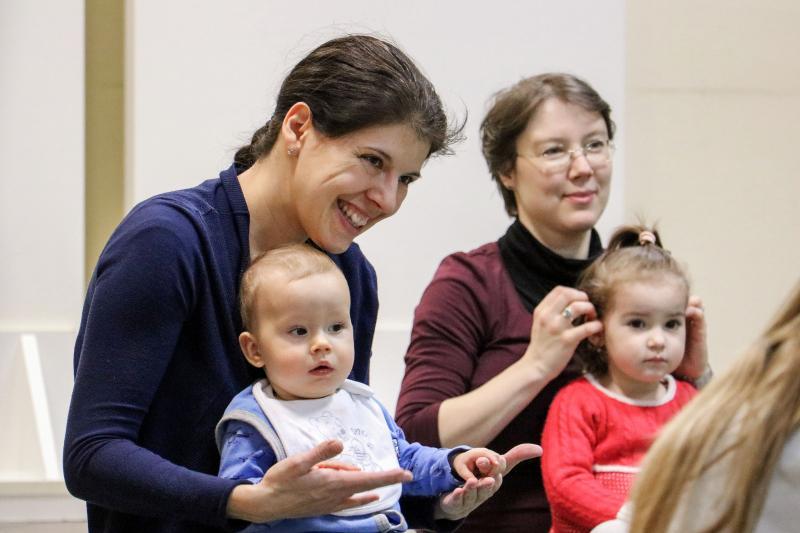 HANGBÚJÓCSKA ZENEBÖLCSI: Anyukák a gyermekeikkel egy korábbi bölcsi alkalmával