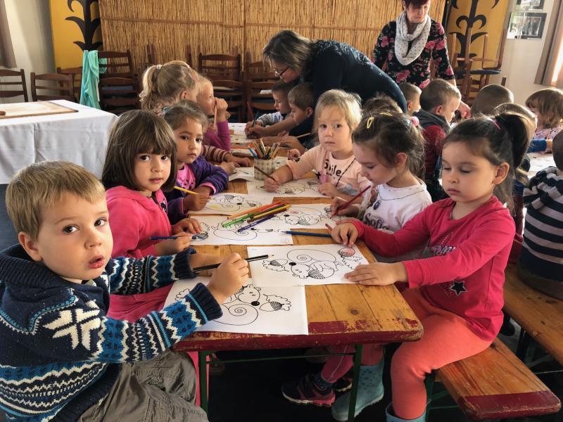 ALKOSSUNK NAGYOT: Pillanatkép egy korábbi kézműves foglalkozás alkalmáról az alkotó gyermekekről