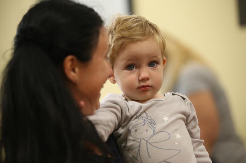 GALAGONYA ZENEBÖLCSI: Pillanatkép egy korábbi zenebölcsiről, egy gyermekről anyja karjaiban