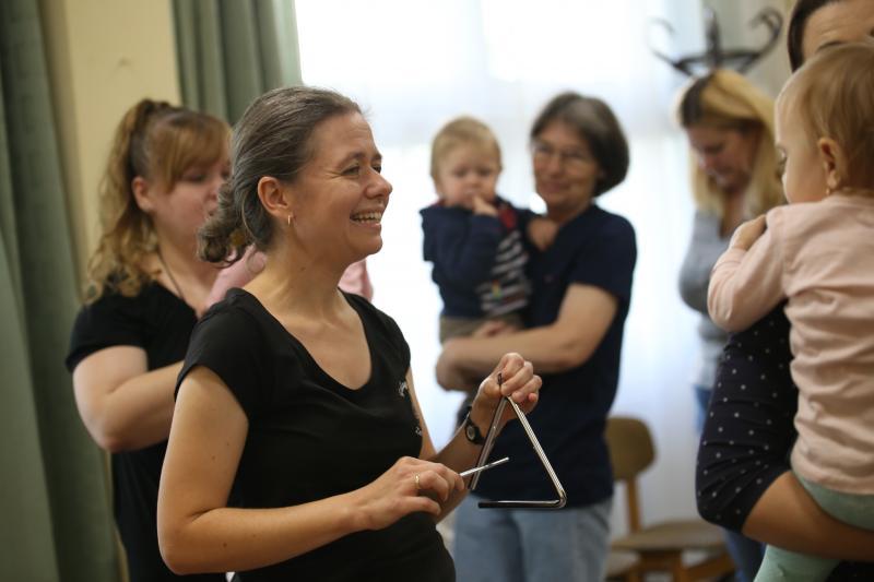 GALAGONYA ZENEBÖLCSI: Pillanatkép egy korábbi zenebölcsiről, tánc közben az anyukák és gyermekeik
