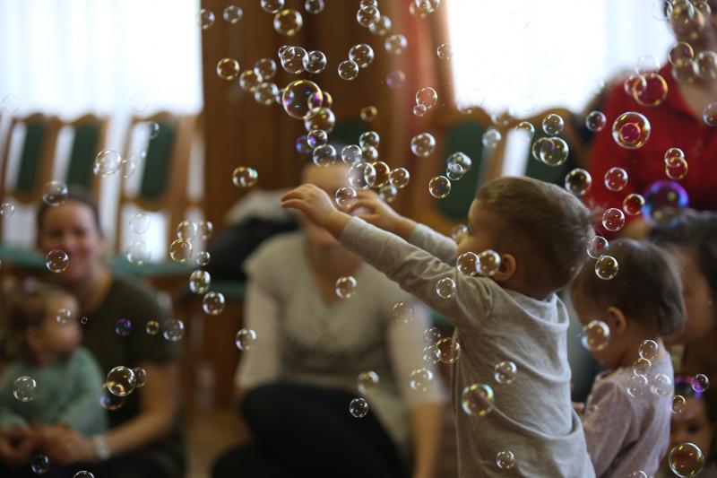 HANGBÚJÓCSKA ZENEBÖLCSI: Pillanatkép egy játszadozó kisgyermekről egy korábbi zenebölcsi alkalmával